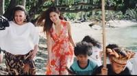 <p>Ada senyum manis Maria Selena saat berjalan di belakang anak-anak. (Foto: Instagram @mariaselena_)</p>