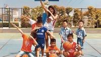 <p>Usai main basket bareng anak-anak, saatnya foto bareng dengan gaya cihui. (Foto: Instagram @mariaselena_)</p>