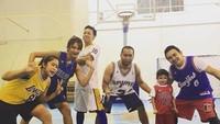 <p>Salah satu momen ketika Maria Selena bermain basket. Eh ada pebasket cilik juga tuh. (Foto: Instagram @mariaselena_)</p>