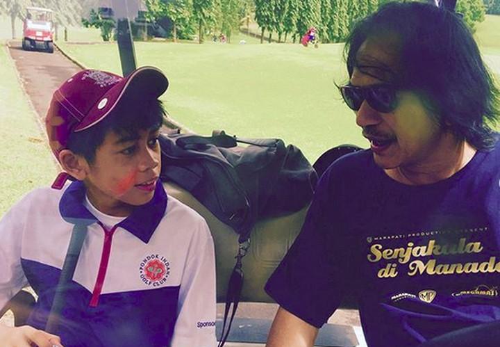 Ray Sahetapy punya cucu laki-laki bernama Ramiza Kuntadi. Begini momen kebersamaan mereka yang manis banget.