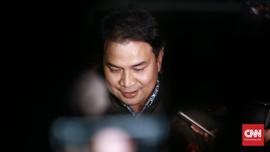 Ditahan KPK, Azis Syamsuddin Pakai Rompi Oranye-Diborgol