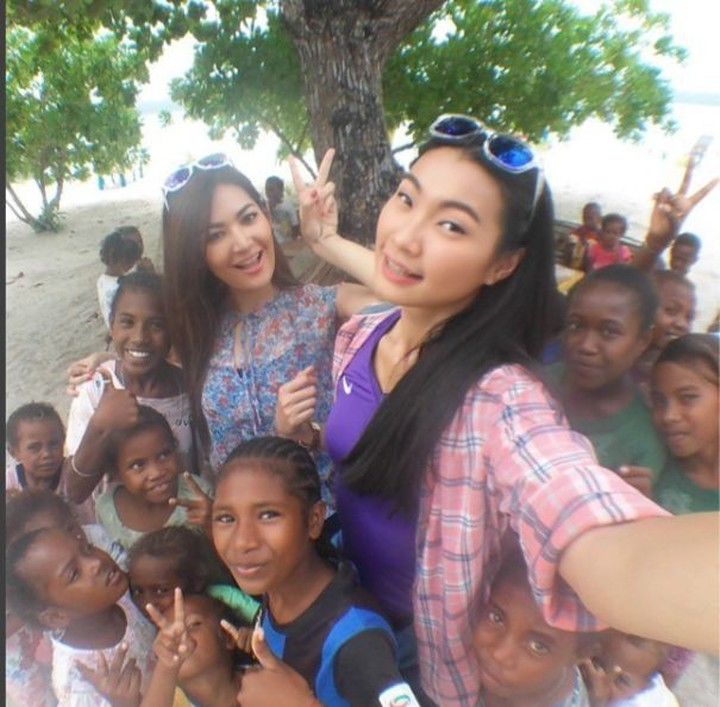 <p>Keceriaan saat berfoto bersama anak-anak. (Foto: Instagram @mariaselena_)</p>