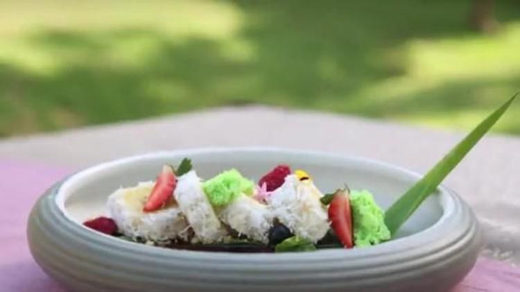 Artis Mona Ratuliu bersama Chef Jun memasak dessert pisang manis khas Bali untuk anak. Hmm, yummy! Anak-anak pasti suka nih, Bun.