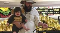<p>Belanja pisang bersama monyet yang menggemaskan. (Foto: Instagram @sbsolly)</p>