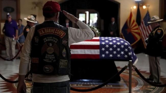 Antrean panjang tampak di Capitol Plaza, tempat bersemayam jenazah John McCain, Senator Partai Republik untuk Arizona yang wafat Sabtu (25/8).