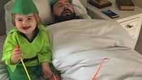<p>Ada-ada saja. Ayah Sholom nggak kunjung bangun dari tidurnya padahal sudah dipanah oleh Zoe si Robinhood. (Foto: Instagram @sbsolly)</p>