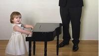 <p>Khusus untuk Zoe, main piano harus dipandu dirigen, Bun. (Foto: Instagram @sbsolly)</p>