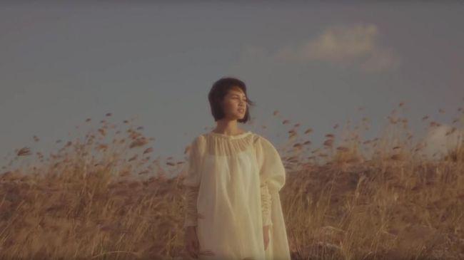 Andien Aisyah mengajak suami dan anaknya untuk berbagi kasih dengan cara sederhana dalam video musik terbaru.