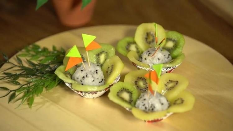 Buah kiwi diyakini bisa mencegah demam lho. Yuk bikin camilan kiwi sticky rice, Bun.