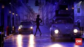 FOTO: Mencari Imaji Audrey Hepburn di Ujung Jalan