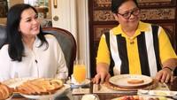 <p>Istri menteri perekonomian, Airlangga Hartarto, Yanti K. Isfandiary juga terlihat cantik. Tapi sejauh ini, istri Airlangga ini jarang terekspose di media sosial, Bun. (Foto: Instagram @airlanggahartarto4.0)</p>
