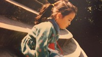 <p>Adakah yang mau menemani Song Hye Kyo kecil yang sedang duduk sendiri ini? (Foto: Instagram @kyo1122)</p>