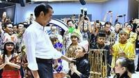 <p>Ketika bertemu dengan Presiden RI, Joko Widodo. Wajah Abirama terlihat senang dan bangga sekali ya. (Foto: Instagram @abiramaputra)</p>