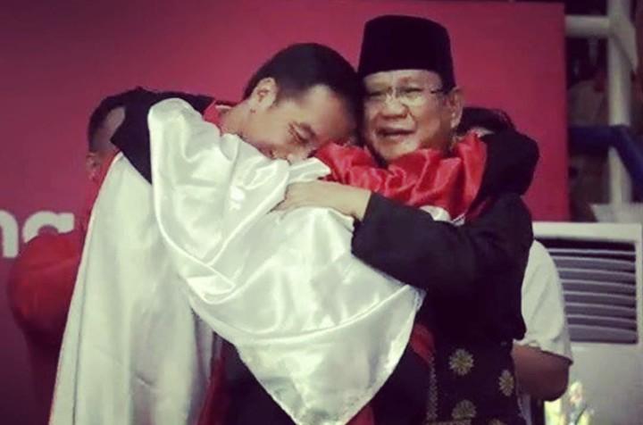 Masih ingat kejadian Jokowi dan Prabowo berpelukan di arena pertandingan pencak silat Asian Games? Ini potret lucu anak-anak menirukan pose itu, Bun.