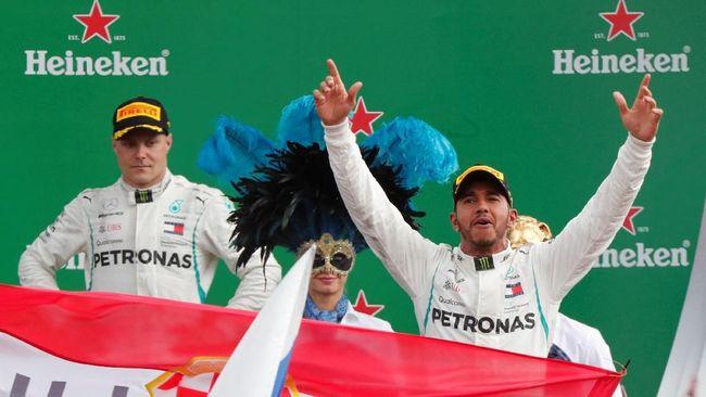 Lewis Hamilton berhasil menjauhi Sebastian Vettel dalam klasemen sementara F1 setelah meraih kemenangan di GP Singapura.