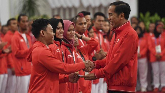 Presiden Jokowi langsung memberikan bonus kepada para atlet dan pelatih Indonesia peraih medali Asian Games 2018 tanpa dipotong pajak.
