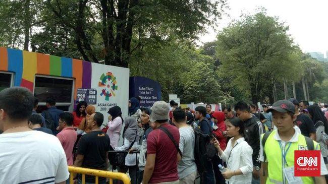 Antrean pengunjung yang ingin memasuki kawasan Gelora Bung Karno (GBK) Senayan jelang penutupan Asian Games 2018 kembali mengular.