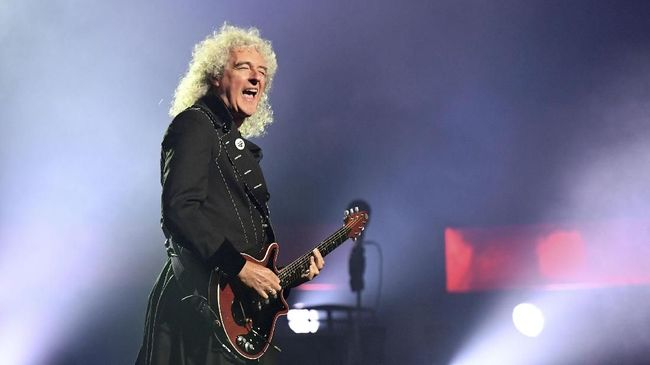 LAS VEGAS, NV - SEPTEMBER 01: Guitarist Brian May of Queen + Adam Lambert performs as the group kicks off its 10-date limited engagement,