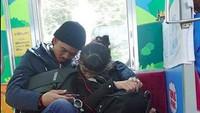 <p>Ngantuknya Ayah Duta dan Kakak Aisha bisa kompakan gitu. He-he-he. (Foto: Instagram/ @duta507) </p>