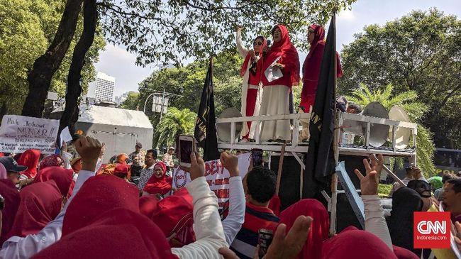 Barisan Emak-emak Militan (BEM) menuntut Jokowi agar mundur dari jabatannya saat ini agar tak memanfaatkan anggaran dan fasilitas negara dalam berkampanye.