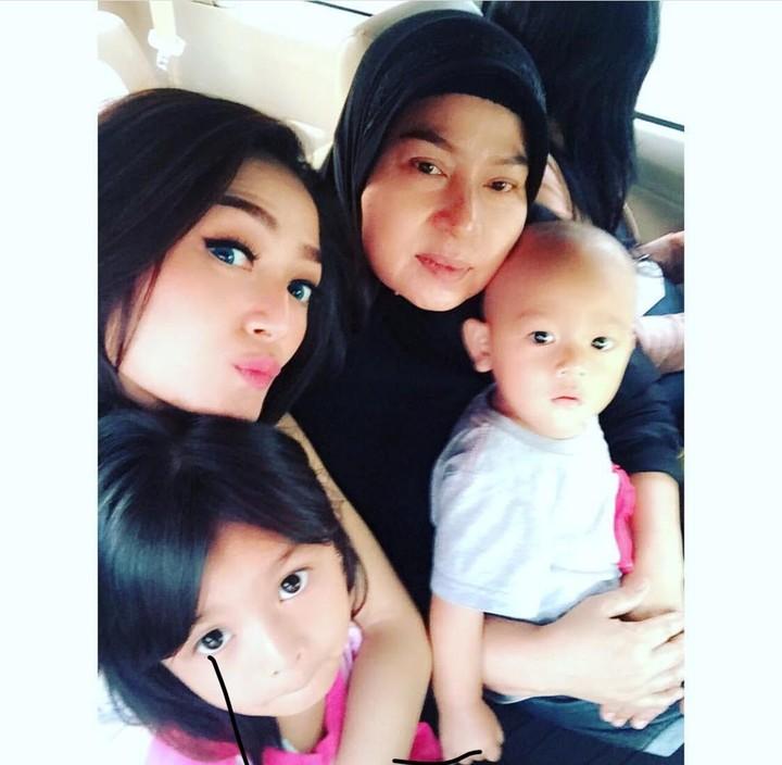 Siti Badriah (Sibad) ceria banget saat tampil di closing ceremony Asian Games. Saat bersama anak-anak, ekspresinya juga ceria banget lho.