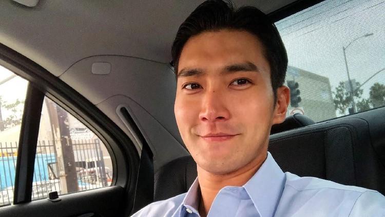 Personel Super Junior Choi Siwon lagi berkunjung ke Indonesia. Siwon bikin heboh karena kedapatan beli mi instan dan datang ke rumah Nagita dan Raffi Ahmad.
