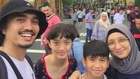 <p>Saat traveling, Duta, Adel dan si kecil nggak pernah absen wefie. (Foto: Instagram/ @shadjo4)</p>