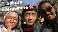 <p>Di sela-sela kesibukannya, Duta masih menyempatkan waktu buat keluarga. Salah satunya dengan traveling bareng. Seru! (Foto: Instagram/ @indonyuniartz)</p>