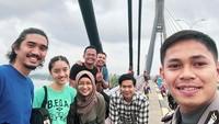 <p>Di jembatan pun menyempatkan diri wefie ya. Hi-hi-hi. (Foto: Instagram/ @jokersupriadi) </p>