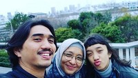 <p>Jalan bareng si sulung, Duta dan Adel kelihatan seperti kakaknya Aisha. Setuju, Bun? (Foto: Instagram/ @shadjo04)</p>