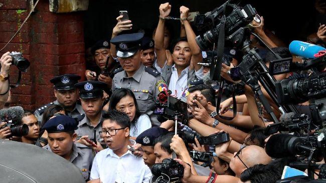 Myanmar membebaskan wartawan Reuters, Wa Lone dan Kyaw Soe Oo, yang dibui karena hendak memberitakan pelanggaran HAM terhadap etnis Rohingya.
