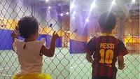 <p>Kayana dan Keisha sedang nonton pertandingan apa ya? (Foto: Instagram @shezy_idris)</p>