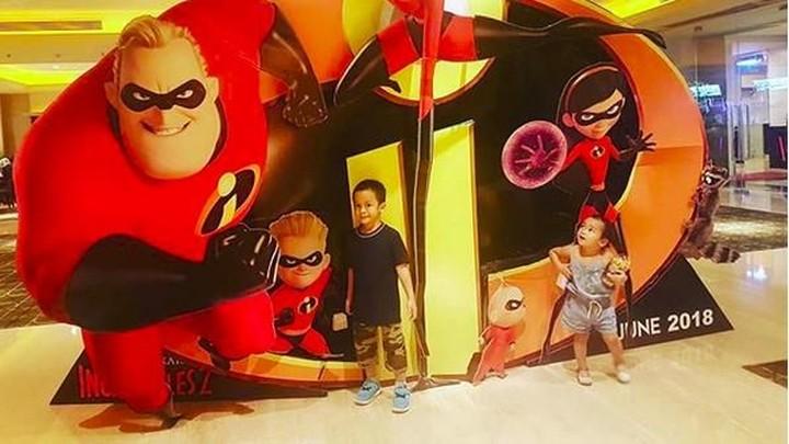 Artis Shezy Idris memiliki dua anak, Kayana Rizky Pratama Wirasanjaya dan Keisha Adeeva Ghania. Mereka kompak banget, bikin hati damai deh.