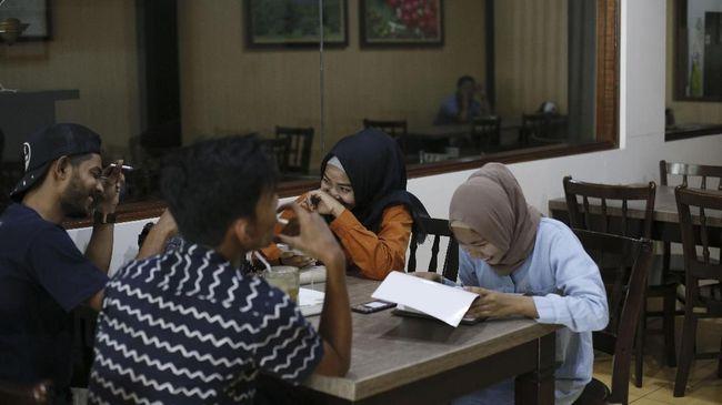 Pemkab Bireuen, Aceh, mengeluarkan surat edaran standardisasi kedai kopi sesuai syariat Islam. Salah satunya larangan duduk duduk semeja bagi non-muhrim.