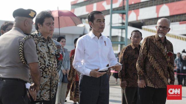 Datang ke rumah terduga teroris bom Sibolga, Presiden Jokowi memberikan bantuan kepada warga yang rumahnya mengalami kerusakan berat, sedang, maupun ringan.