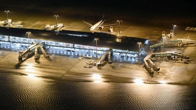 Topan Jebi yang landa Jepang lumpuhkan bandara dan membuat 800 penerbangan dibatalkan, korban tewas akibat badai ini pun bertambah menjadi 9 orang.