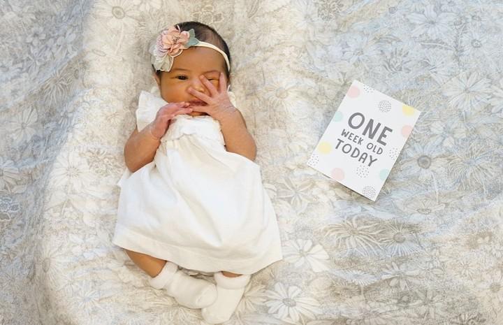 Bayi cantik nan imut ini namanya Ansara. Dia adalah putri public figure, Caca tengker. Orang bilang Ansara mirip Rafathar.