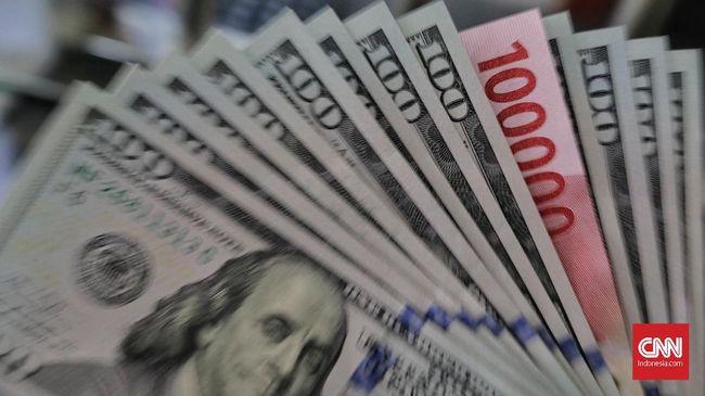Rupiah kembali melemah. Bayang-bayang kenaikan suku bunga acuan bank sentral Amerika Serikat (AS) membuat rupiah melemah tipis mendekati Rp15.200 per dolar.