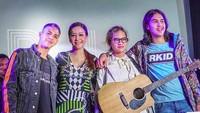 <p>Penampilan kompak ibu dan ketiga anaknya di peluncuran single terbaru Dul. (Foto: Instagram/ @alghazali7) </p>