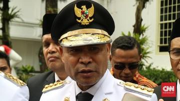 Gubernur NTT Viktor Laiskodat disebut telah mencopot jabatan Thomas Bangke sebagai Kepala BPBD NTT, karena dinilai tidak responsif menangani banjir NTT.