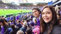 <p>Nonton pertandingan bola bareng jadi quality time Bunda Maia dan si tengah El nih. (Foto: Instagram/ @elelrumi) </p>