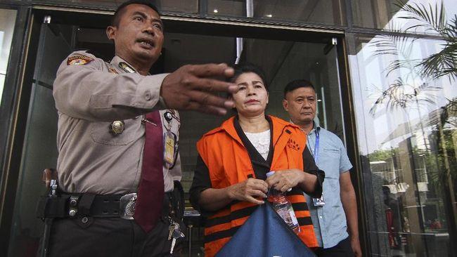 Seorang staf Direktur PT Erni Putra Terari, Tamin Sukardi menyerahkan ponsel yang di dalamnya tersimpan kode-kode suap untuk hakim PN Medan, Merry Purba.