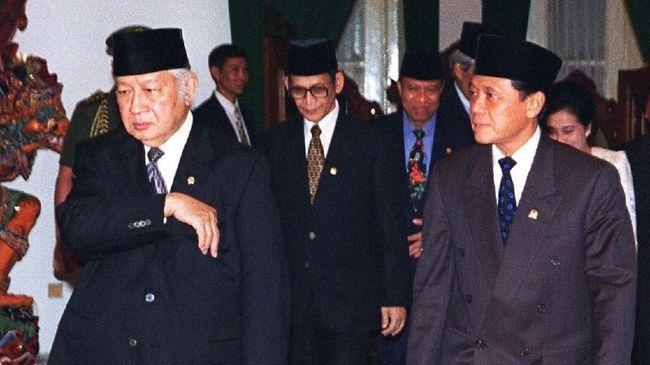 Netizen singgung Menteri era Soeharto, Harmoko saat Menkominfo Johnny Plate menegaskan tak boleh membantah sesuatu yang dinyatakan hoaks oleh pemerintah.