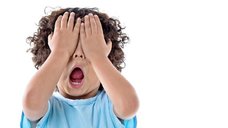 Demi membuat si kecil nurut, kadang orang tua mengandalkan menakuti anak dengan hantu. Sebut saja hantu wewe gombel atau kuyang.