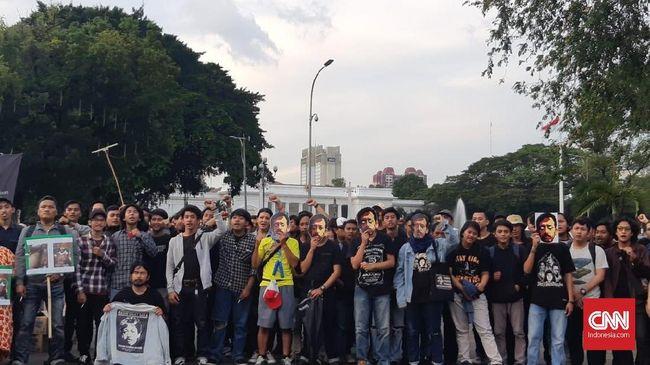Sejumlah aktivis melakukan aksi 'Kamisan' di depan Istana Merdeka, Jakarta, Kamis, 6 September 2018. Aksi kamisan ke-522 hari ini digelar untuk memperingati 14 tahun kasus Pembunuhan Aktivis Hak Asasi Manusia (HAM) Munir Said Thalib. (CNN Indonesia/Dhio Faiz)