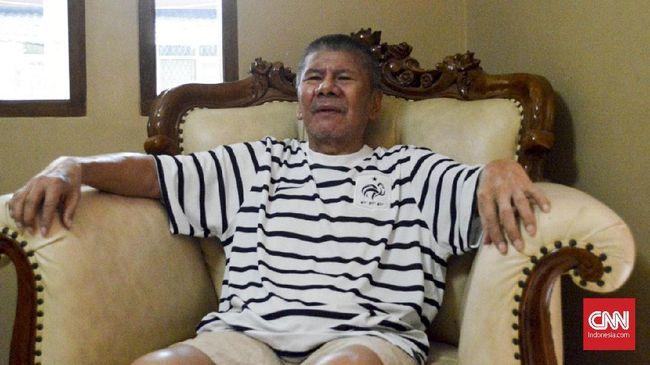 Mantan pelatih Timnas Indonesia Benny Dolo masih tetap memantau perkembangan sepak bola terkini meski dalam proses pemulihan usai operasi tumor.