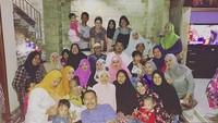 <p>Keluarga besar Hilda Vitria nih, Bun, dari anak-anak sampai orang dewasa. Momen kumpul bareng keluarga memang bikin happy deh! (Foto: Instagram @hvkhildavitriakhan)</p>