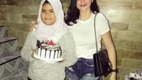 <p>Hilda Vitria berpose bersama adiknya yang sedang berulang tahun. Hilda pun memberi kue ulang tahun dan ucapan tulus yang membuat sang adik tersenyum. (Foto: Instagram @hvkhildavitriakhan)</p>