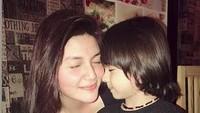 <p>Hilda sayang banget sama keponakannya yang bernama Juna. (Foto: Instagram @hvkhildavitriakhan)</p>