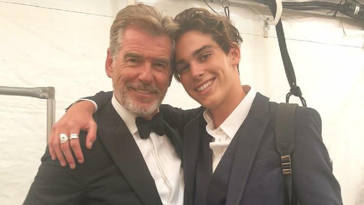 Anak bungsu Pierce Brosnan, Paris, ikut andil di New York Fashion Week. Apa yang dilakukan Paris bikin sang ayah bangga luar biasa.